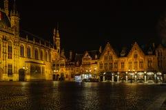 Place de Burg la nuit à Bruges, Belgique photographie stock