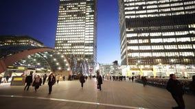 Place de Canada de Canary Wharf Londres par nuit banque de vidéos