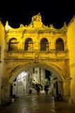 Place de cathédrale la nuit dans Ostuni Images libres de droits