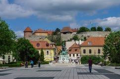 Place de Dobo de ville médiévale d'Eger avec le château sur le fond hun Photographie stock libre de droits