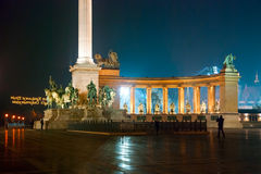 Place de héros à Budapest la nuit Images libres de droits