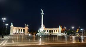 Place de héros à Budapest la nuit Photographie stock libre de droits