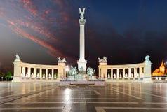 Place de héros - Budapest la nuit Images stock