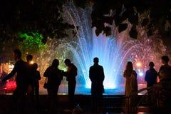 Place de Koltsovsky, fontaine multicolore Image libre de droits