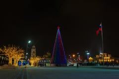 Place de Lénine - la place de ville est décorée des lumières de nouvelle année, des arbres des agneaux et du drapeau d'arbre de N photographie stock