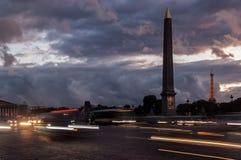Place de la Concorde an der Nacht und an Luxor-Obelisken Stockfotografie