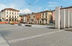 Place de liberté au centre de Luino, une petite ville de touristes sur le rivage du lac Maggiore dans la province de Varèse, Ital photo libre de droits