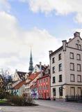 Place de Livu près de marché de Noël de Riga avec le saint Peter Church Images stock