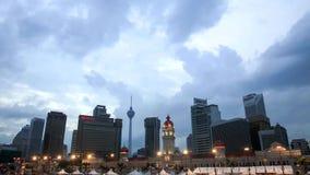 Place de Merdeka dans Kuala Lumpur du centre au crépuscule banque de vidéos