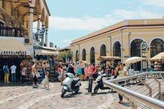 Place de Monastiraki avec les personnes de touristes à Athènes, Grèce photographie stock libre de droits
