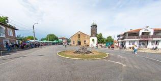 Place de Nestinarski au centre du village de Bulgari, Bulgarie Images libres de droits