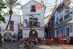Place de Noël avec le petit café parmi les rues étroites de la ville ensoleillée Marbella, Andalousie, Espagne Photos libres de droits