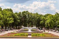 Place de Novopushkinsky près de boulevard de Tverskoy au centre de Moscou Fontaine dans le grand dos Photographie stock