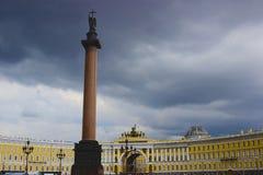 Place de palais et Alexander Column à St Petersburg Photographie stock