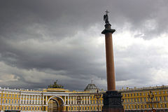 Place de palais et Alexander Column à St Petersburg Photo libre de droits