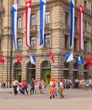 Place de Paradeplatz à Zurich le jour du défilé de rue images libres de droits