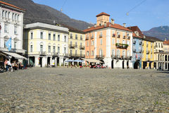 Place de Piazza de vieilles maisons grande à Locarno Photos stock