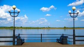 Place de repos sur le remblai du fleuve Images libres de droits