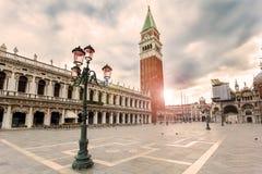 Place de San Marco avec le campanile dans le lever de soleil Venise, Italie photos libres de droits