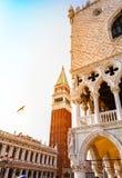 Place de San Marco avec le campanile et le palais de doge dans le coucher du soleil photographie stock libre de droits