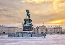 Place de St Isaac et le monument à Nicholas I dans la neige Image libre de droits