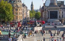 Place de Trafalgar avec un bon nombre de gens Londres, R-U Photographie stock