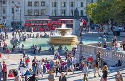Place de Trafalgar avec un bon nombre de gens Londres, R-U Photographie stock libre de droits