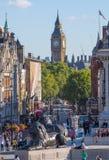 Place de Trafalgar avec un bon nombre de gens Londres, R-U Images stock