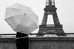 Place de Trocadero d'un jour pluvieux avec le fond de Tour Eiffel Photographie stock