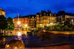 Place de Victoria la nuit avec les bâtiments, les cafés, les boutiques et les hôtels lumineux à Birmingham, R-U images stock