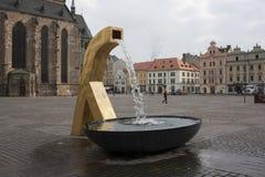 Place de ville avec la fontaine Photo libre de droits