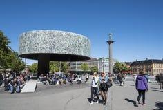 Place de ville de Trondheim de personnes Photographie stock