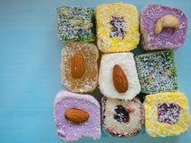 Place des bonbons à plaisir turc sur la table en bois Image stock