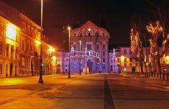 Place du congrès et église d'Ursuline, décorée pendant Noël et de nouvelles années de vacances, Ljubljana, Slovénie Photographie stock libre de droits