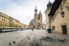 Place du marché avec l'église historique, hall de tissu à Cracovie, Pologne photo stock