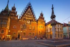 Place du marché avec le vieil hôtel de ville à Wroclaw au crépuscule photo stock