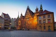 Place du marché avec le vieil hôtel de ville à Wroclaw au crépuscule photos stock