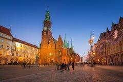 Place du marché avec le vieil hôtel de ville à Wroclaw au crépuscule image libre de droits