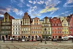 Place du marché central à Wroclaw Pologne avec de vieilles maisons, réverbère et personnes de marche de touristes photo libre de droits