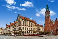 Place du marché de Wroclaw avec hôtel de ville Ciel nuageux en capitale historique de la Silésie Pologne, l'Europe Concept de vac photos stock