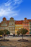 Place du marché de Wroclaw avec de vieilles maisons colorées contre le ciel bleu lumineux images libres de droits