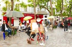 Place du Tertre in Montmartre met straat schilderende kunstenaars Stock Afbeelding