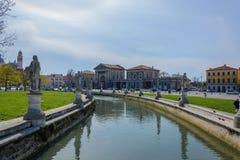 Place et parc de ville avec le canal à Padoue, Italie en avril 2015 photographie stock