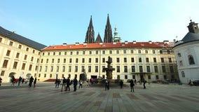 Place et touristes historiques de Prague banque de vidéos
