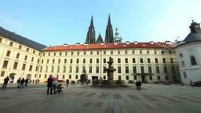 Place historique de Prague et laps de temps de touristes de promenade banque de vidéos