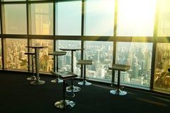 Place intérieure pour se réunir dans un gratte-ciel Photos libres de droits