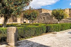Place interne de maison à Pompeii antique avec des ruines dans le jardin photographie stock