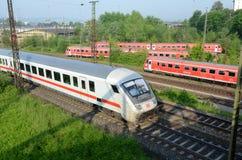 Place le train de voyageurs dans le terminal - Ulm Image libre de droits