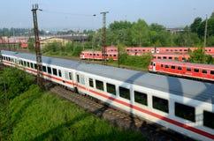 Place le train de voyageurs dans le terminal - Ulm Images stock