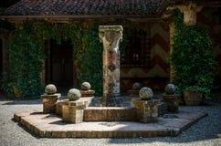 Place médiévale avec la fontaine sèche Image libre de droits